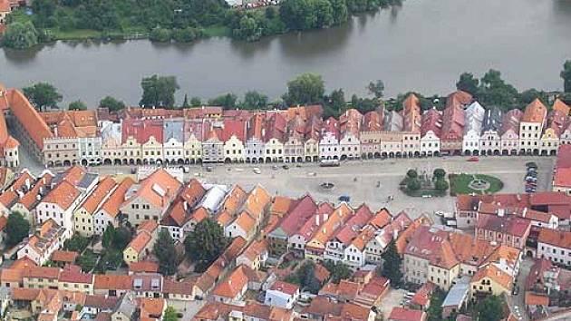 Letecký pohled na telčské náměstí.