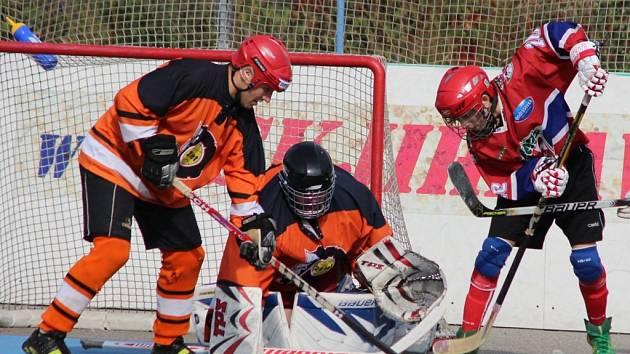 Opora. Brankář HBC Flyers Milfajt dlouho držel svůj tým nad vodou, ale hráči SK na něj nakonec recept našli.