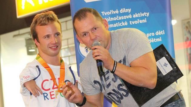 Hvězda. Po paralympiádě je o Arnošta Petráčka (vpravo) velký zájem. Přijel proto pokřtít charitativní kalendář. Moderátor Martin Málek zkoušel, jak zní Arnoštova zlatá medaile.