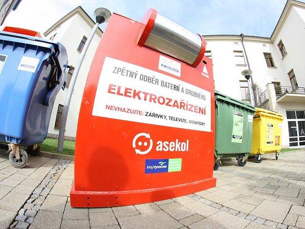 Právě v těchto dnech začaly po Jihlavě přibývat na stanoviště kontejnerů pro tříděný odpad ty červené. Končit vy nich mají vyřazená elektrozařízení.