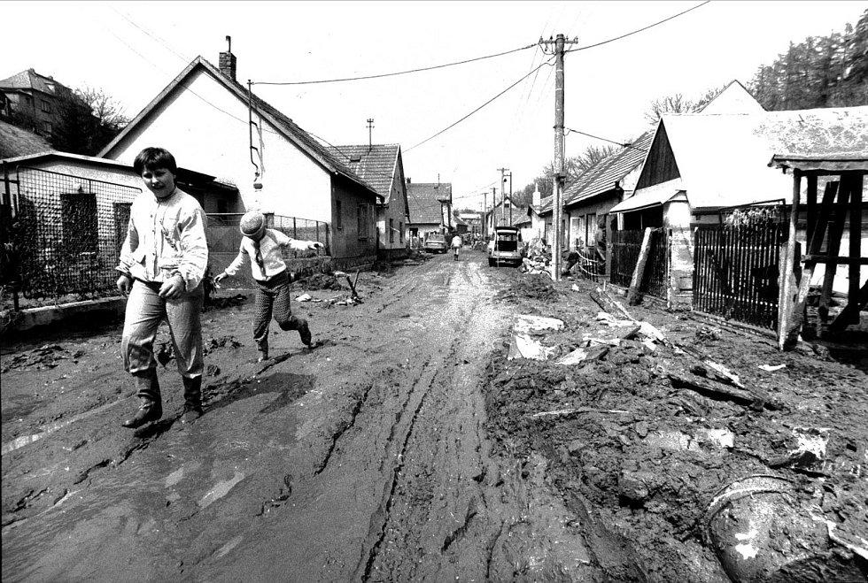 Pár dní po povodni v ulici Dělnická. Domy na břehu Kozlovského potoka po pravé straně šly krátce poté k zemi.