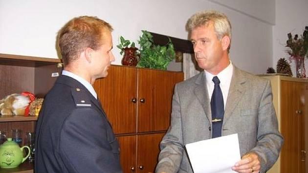 Ředitel Okresního ředitelství Policie ČR v Jihlavě Josef Bačkovský (vpravo) přijal a ocenil úspěšného sportovce z řad třešťských policistů Pavla Anderleho.