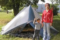 Někdo jezdí na dovolenou pod stan, Marie Císařová v něm žije, protože nemá kde jinde být. O střechu nad hlavou přišla po rozvodu rodičů, v azylovém domě zůstat nemohla, kvůli rekonstrukci a podnájem podle svých slov nemůže sehnat, protože je Romka.