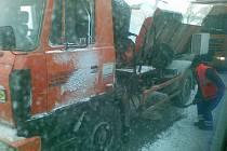 Oranžový tahač zablokoval včera ráno výpadovku z Jihlavy směrem na Pelhřimov. Teprve když cestáři přispěchali na pomoc, začala se situace zlepšovat.