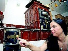 Zrekonstruovaná chalupa ve Svratce na Žďársku, kde Lenka Krupíková žije se svým manželem a třemi dětmi, je zařízena ve venkovském stylu. Proto také hostitelka sestavila menu z jídel české kuchyně.