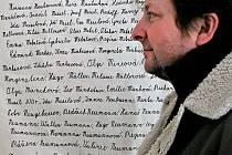 V síni židovského hřbitova jsou stovky jmen.
