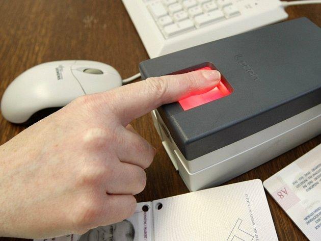 Žadatelé o pas budou muset od prvního dubna zanechat na speciální čtečce i otisky prstů
