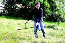 Jak na to? Správný postup, jak pokosit trávu na louce či na zahradě, se v sobotu učil i Michal Hendrych z Brna.