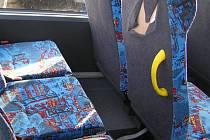 Nový autobus nevyjede, dokud nebude poškozené čalounění opravené.