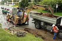 Už nyní museli řidiči na Brněnském kopci počítat se zúžením hlavní silnice a následnými komplikacemi. Ode dneška už nově ani neodbočí do sídliště.