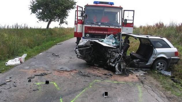 Čelní srážka vozů Peugeot a Audi v úseku mezi obcemi Ždírec a Střítež na Jihlavsku.