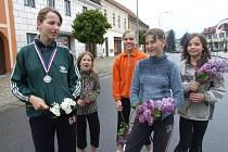 V cíli čekal na běžce tým děvčat s šeříky. Každý dostal po jedné snítce.