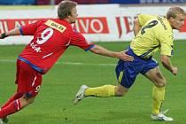 Obránce FC Vysočina Pavel Bartoš (vpravo) uniká brněnskému záložníkovi Tomáši Oklešťkovi.