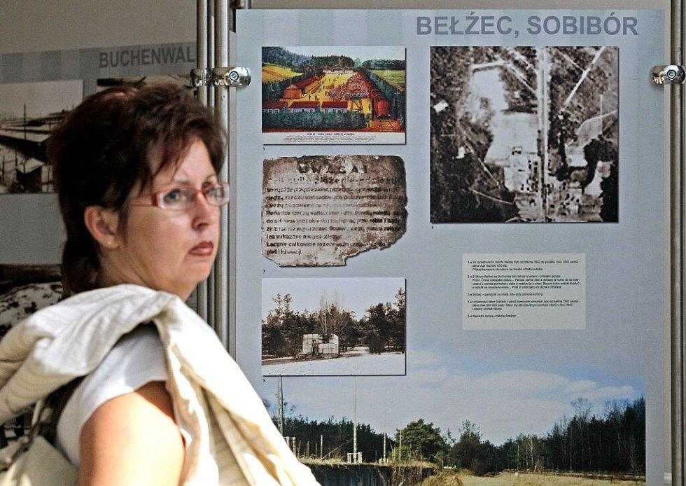 """Výstava pod názvem """"Místa utrpení, smrti a hrdinství"""" putuje po České republice od roku 2005. Jihlava je nyní její 23. štací. Výstava potrvá na krajském úřadě do konce září. Je určena hlavně studentům , jejich kantorům  a rodičům."""