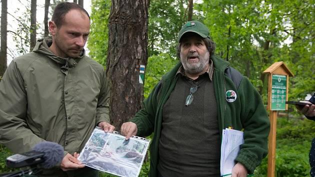 Jednatel SML Václav Kodet ukazuje fotky z lesů.