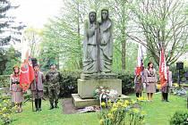 Jedním z děl, které jsou od sochaře Jaroslava Šlezingera v Jihlavě k vidění, je sousoší s názvem Zaváté šlépěje. To se nachází na hlavním hřbitově, kde se konají akce k připomínce vykonstruovaných komunistických procesů.