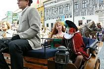 Bryčka tažená koňmi dnes po patnácté hodině odveze první hosty na zahájení Středověkých slavností.