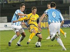 Podzimní zápas s Čáslaví zvládli druholigoví jihlavští fotbalisté skvěle. Přestože od 4. minuty prohrávali, nakonec se radovali z vysokého vítězství. O jeden z gólů se postaral i bosenský kanonýr ve službách FC Vysočina Muris Mešanovič (uprostřed).