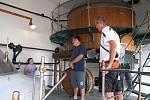 """Prohlídková trasa muzea zavede návštěvníky až k hlavnímu kotli a ke zcezovací kádi se zcezovacím korýtkem. """"Do hlavního kotle se vešlo až padesát hektolitrů piva,"""" upozornila průvodkyně."""