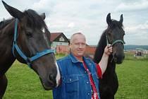 """Fugas se jmenuje občanským jménem Milan Pintér. S úsměvem říká, že v Cirkuse Carini mají koně stejného jména. """"Říkáme mu Piny, v dokumentech má ale jméno Pinter. Dovezli jsme ho z Nizozemí a shoda jmen je náhodná,"""" zmínil Fugas."""