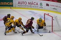 Hokejisté jihlavské Dukly (ve vínových dresech) na ledě Poruby v sobotu nebodovali. Naopak Třebíč se doma radovala ze zisku tří bodů.