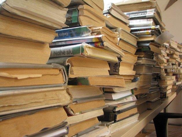 Knihy, o které neprojevují čtenáři zájem nebo je uvedli do dezolátního stavu, městská kni᠆hovna vyřazuje. Pokud je nepřevezme jiná knihovna, jsou zdarma k mání veřejnosti.