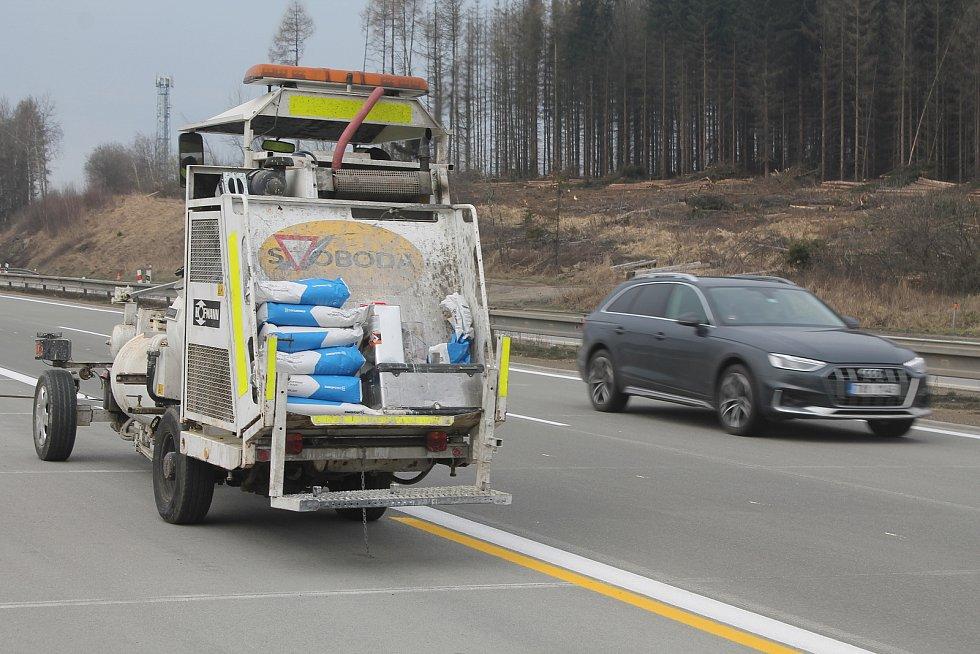 Součástí příprav bylo i značení na vozovce, tentokrát ve žluté barvě.