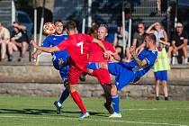 Jihlavští fotbalisté (v modrém) nenavázali na pohárové vítězství nad Starou Říší a ve svém prvním druholigovém utkání prohráli. Hradci Králové podlehli 3:4.