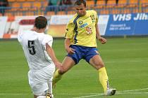 Zopakuje zásahy? V posledním vzájemném zápase byl hvězdou jihlavský kanonýr Petr Faldyna (ve žlutém), kterému se dvakrát podařilo smazat náskok HFK Olomouc.