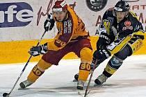 Hokejisté jihlavské Dukly (ve světlém) dnes přivítají na domácím ledě Kadaň. V utkání budou chtít přerušit mizernou domácí formu, protože už pět utkání v řadě nedokázali na Horáckém zimním stadionu vyhrát.