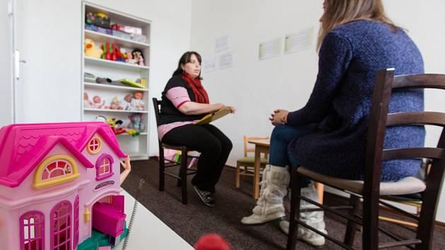 Krizové centrum Jihlava. Jeho zaměstnanci pomáhají lidem všech věkových kategorií, kteří se ocitli v krizové situaci, jež naléhavě ohrožuje život či významně snižuje jeho kvalitu.