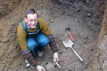 Archeolog Milan Vokáč ukazuje svůj objev v centru Jihlavy.