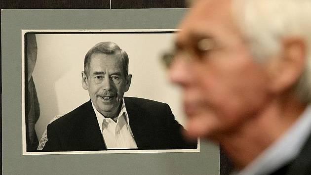 V gotické síni a v přízemí jihlavské historické radnice byla zpřístupněna výstava fotografií Oldřicha Škáchy snímky Václava Havla. Výstava, která nese jednoduchý název Václav Havel, se skládá zhruba z osmdesáti snímků.