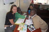 Odpoledne se Jana Lazárková (vlevo) věnovala dětem v knihovně, kde si společně třeba četly.