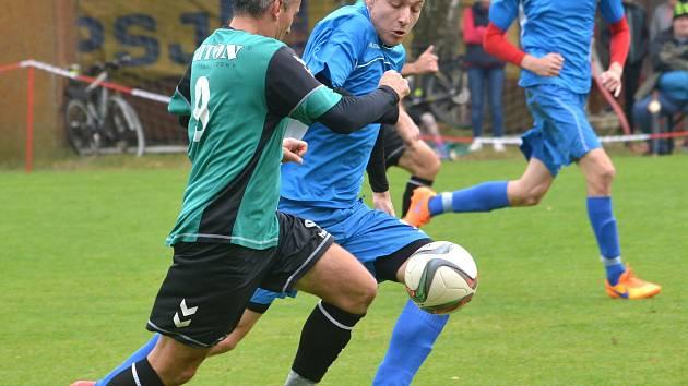 Fotbalisté Antonínova Dolu (v zelené Zdeněk Tichánek) přejeli Staré Ransko 6:2. Foto: Jan Černo