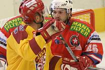 Podruhé v letošní sezoně na sebe narazí hokejisté Jihlavy a Třebíče. Možná dojde i na dohrání souboje jihlavského  Josefa Slavíka (vlevo) s třebíčským Michalem Roháčikem.