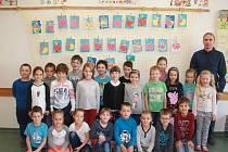 Na fotografii jsou žáci 1. B jihlavské Základní školy Nad Plovárnou. Žáky vede třídní učitelka Marcela Přibylová, která není na fotce. Ředitelem školy je Jiří Šaufl (vpravo).