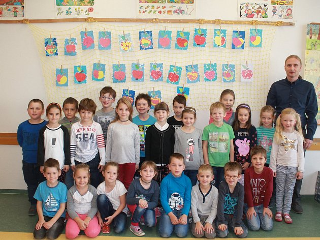 Na fotografii jsou žáci 1.B jihlavské Základní školy Nad Plovárnou. Žáky vede třídní učitelka Marcela Přibylová, která není na fotce. Vletošním školním roce do 1.B nastoupilo 28prvňáků.Základní školu navštěvuje ve školním roce 2017/2018 celkem 447žáků