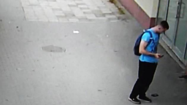 Muže na fotografii nyní hledá policie.