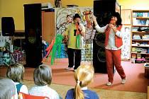 Divadelní pásmo Velikonoční vajíčko se soutěžemi, písničkami a povídáním o tom, jak se kdysi slavily svátky jara. Petr s Martou loni v jihlavských mateřských školkách sklízeli velkou radost malých diváků. Také letos chystají Velikonoční vajíčko.