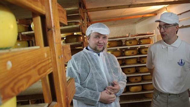 Ministr Jurečka (vlevo) a jednatel polenské mlékárny Miloš Kvasnička si popovídali o zrání sýrů.