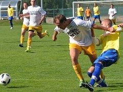 Fotbalisté Luk nad Jihlavou (v bílých dresech) porazili Velkou Bíteš B 3:0.