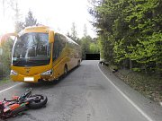 Místo nehody mezi Větrným Jeníkovem a Bílým Kámenem bylo čtyři hodiny neprůjezdné. Čelně se zde střetl motorkář s autobusem.