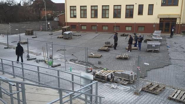 Dokončovací práce. V areálu stadionu dělníci nyní dokončují parkoviště.