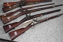 Historické kousky. Dva mladíci ukradli sběrateli historické zbraně a také alba svě-tových měn. U soudu dostali podmínku.