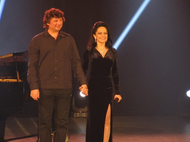 Lucie Bílá s hudebníkem Petrem Maláskem při koncertě v jihlavském DKO.