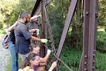 Akce natírání mostu je setkáním kamarádů, kteří nechtějí, aby most zchátral.