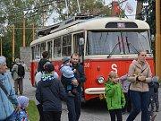 Na snímku historický trolejbus typu Škoda 9 Tr (tento vůz je původem z Dopravního podniku města Pardubic a v rámci jízd historických vozidel v Jihlavě jezdil na speciální retrolice R1 mezi DPMJ, Březinkami, hlavním nádražím a centrem města). DPMJ provozov