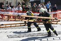 Devadesátka dobrovolných i profesionálních hasičů změřila síly na jihlavském Masarykově náměstí ve víceboji.