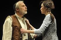 Za ztvárnění role mlékaře Tovjeho v muzikálu Šumař na střeše si herec jihlavského Horáckého divadla Josef Kundera (na snímku) možná odnese Cenu Thálie. Na fotografii je zachycen s Vladimírou Čapkovou, která v muzikálu hraje Hodl, jeho dceru.